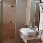 Lavatorio y cubículo de la ducha del cuarto de baño