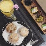 Petits pains offerts avec des olives et du beurre en entrée
