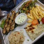 Assiette de brochettes au poulet
