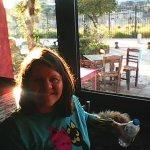 το κοριτσάκι μου στο παράθυρο κι έξω ο ήλιος ακουμπά την Ιστορία! Ρακούν,Ελευσίνα-απλώς υπέροχα!