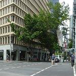 Rechts das Hotel, links sieht man noch den U-Bahn-Eingang