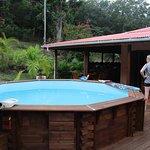 Vue sur la piscine et la cuisine en arrière plan
