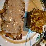 faux filet sauce au poivre délicatement précoupé et frites un peu grasse pour ma part