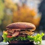 """наша гордость бургер """"Современик"""" из фермерской говядины и булочкой из частной пекарни."""