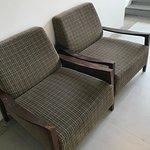 Вип кресла в коридоре отеля.