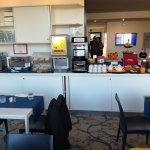 Buffet colazione zona bevande e pane