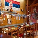 Ambiente típico das kafanas sérvias