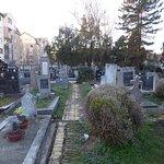 Кладбище по периметру застроено жилыми домами