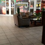 The Bennigan's in the lobby serves amazing dishes at reasonable prices.