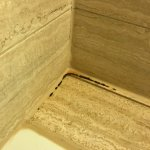 Kleines Zimmer (204) mit Schimmel im Bad.