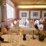 sehr schöner Gastraum wie ein Chalet mit den wunderbar gedeckten Tischen !