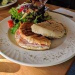 Un sandwich dinde sauce pesto