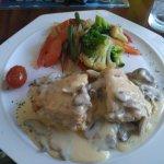 Almuerzo de pollo en cama de salsa de aguacate