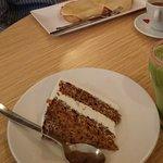 Tarta de zanahoria, zumo de kiwi, café cortado y tostada parisina por 9 euros