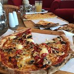 Very nice vego pizza and garlic bread