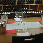 Table de dégustation avec une zone lumineuse au centre pour regarder les vins