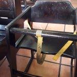 Usted sentaria a su bebe en una silla así de sucia?