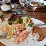 leckerer frittiertes Fischfilet mit vielen Krabben