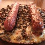 Pizza con salsiccia e cheddar