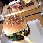 Hamburger e avocado toast