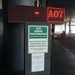 จุดยืนรอรถบัส ของบริษัท Transnational ที่สนามบินกัวลาลัมเปอร์ ลงบันใดไปชั้นไต้ดินค่ะ