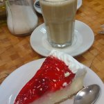 Una Delicia, un lechero acompañado de un cheese cake con fresas
