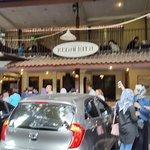 Suasana di depan restoran ramai sekali