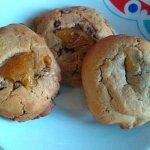 Dos galletas de naranja con cookie, y otra de canela.