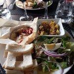 Camembert aux lardons, salade, pommes de terre ail et persil