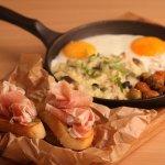 """Завтрак """"Рим"""": ризотто с грибами, мини брускетты с прошутто, оливки и яичница"""