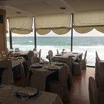 La sala con le vetrate sul mare