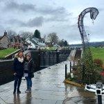 Mi cuñada y mi esposa posando a la par de una estructura del monstruo