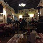 Aquí el menú y una vista del restaurante.