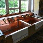 Küche mit Kupfer-Spüle