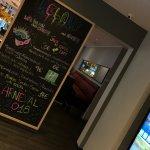 moderne Lobby beim check-in / Blick in den Restaurantbereich -> Helau Karneval ist hier vertrete