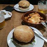 Hamburguesa de carne y de falafel, patatas brava