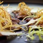 Scallopine z iberské krkovice, parmazán, bramborové vlásky, frisee