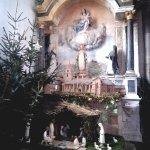 un autel encore avec la crèche