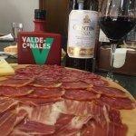 Tabla de ibéricos con buen aceite y mejor vino!!