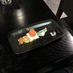 Mise en bouche 1 : Toast saumon fromage frais, guacamole et crevette