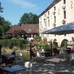 terrasse en été, il s'agit d'un ancien moulin du 14 ème siècle