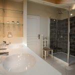 FAMILY ROOM - shower room