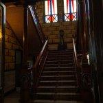 Las escaleras que llevan al piso de arriba