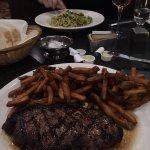 Steak and Linguine aux fruits de mer et pesto