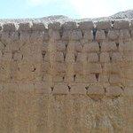 paredes de adobe com sinais de erosão