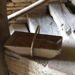 Panier en bois rempli de grains de blé bio du meunier pour la démonstration
