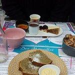 Café gourmand (crème brûlée, mousse au chocolat et cheesecake chocolat blanc) cake au thé matcha