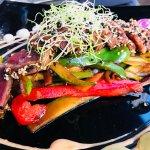 Tataki de solomillo Iberico sobre wok de verduras