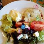 Empezar con la barra de ensaladas y quesos es una buena opción para abrir el apetito