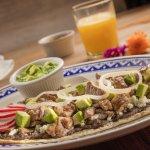 Huarache con tasajo, el tasajo es un carne de res muy delgada típica de Oaxaca.